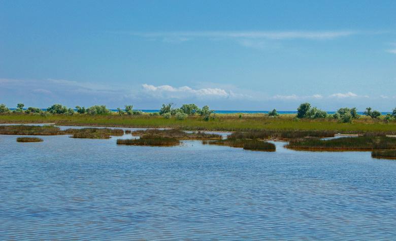 Фото южной косы между морем и озером